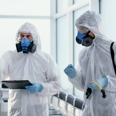 Risque chimique pro : deux professionnels de la lutte antiparasitaire en combinaison
