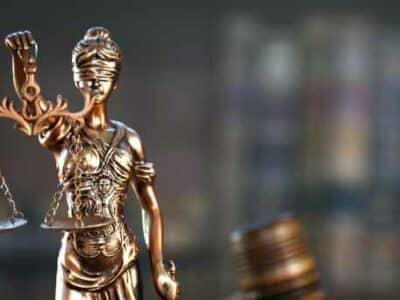 Maillet du juge, livres, balance de justice.
