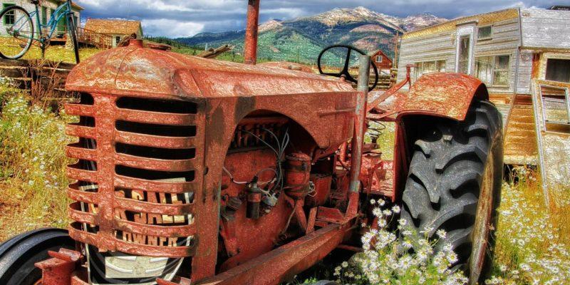 tracteur en gros plan au milieu de champs