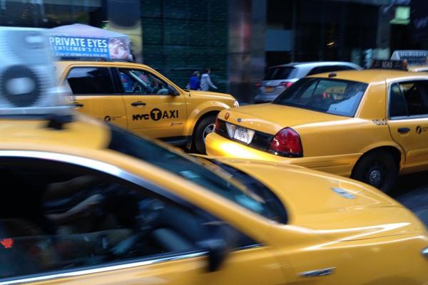 Plusieurs voiture jaune new-yorkaise