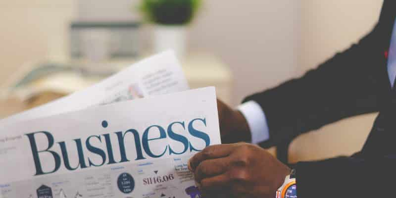 homme d'affaires qui lit le journal